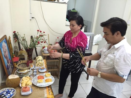 Vợ chồng NS Philip Nam - Cẩm Thu thắp hương tưởng nhớ Vua vọng cổ