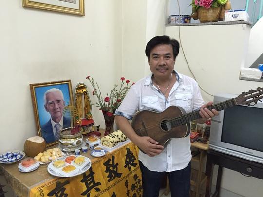 NS Philip Nam và cây đàn ghita phím lõm của thầy