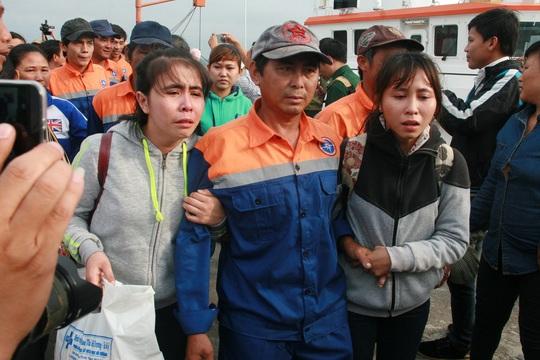 Ngư dân trên tàu câu mực thoát chết trở về trong nước mắt căm phẫn