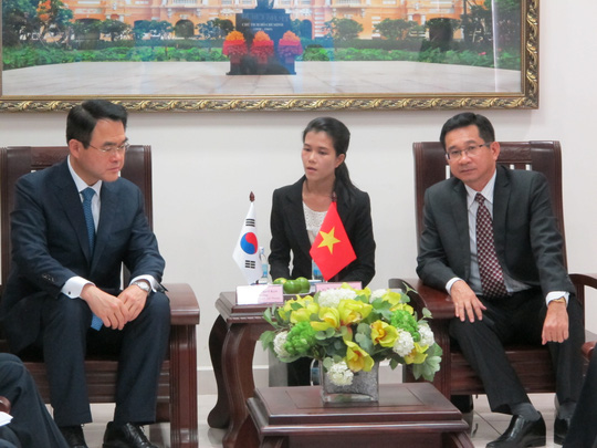 Ông Dương Ngọc Hải (phải) và ông Hwang Cheol Kyu