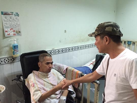 Nghệ sĩ hài Tấn Beo đến thăm diễn viên điện ảnh Nguyễn Hoàng bị tai nạn