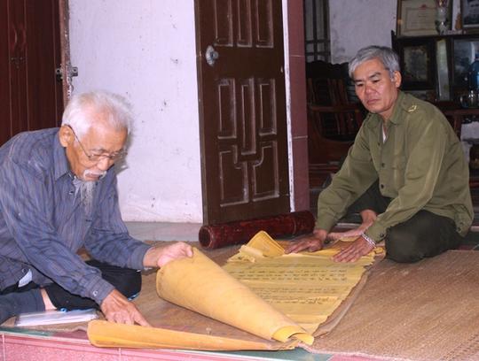 Những cuốn sắc phong này được cho là của triều Lê và triều Nguyễn phong tặng cho Lê Hiểm, Lê Hiêu và Lê Phụ, những người có công lớn cho đất nước