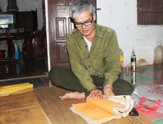 Ngoài 23 cuốn sắc phong, ông Lê Văn Phương còn lưu giữ 3 cuốn gia phả cổ hàng trăm năm