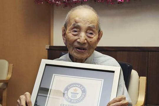 Cụ Koide được Sách Kỷ lục Guinness công nhận là Người đàn ông già nhất thế giới vào năm 2015. Ảnh: AP