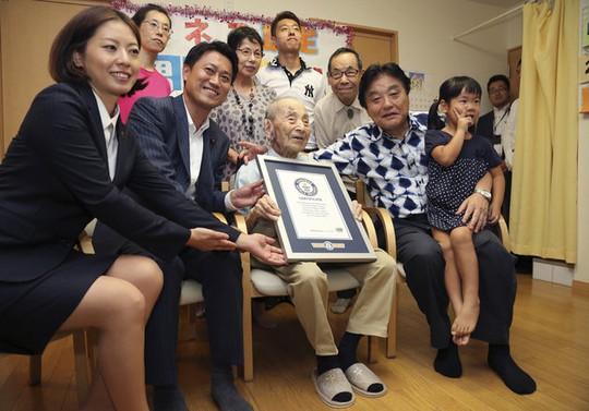 Cụ Koide và gia đình Ảnh: AP
