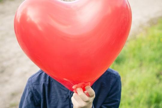 Một tay súng IS cho rằng bong bóng hình trái tim giống ngực phụ nữ. Ảnh: REX