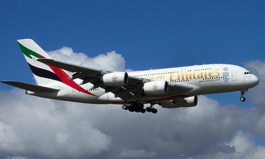 Chiếc máy bay A380 của hãng Emirates hạ cánh ở sân bay quốc tế Auckland. Ảnh: David Wall