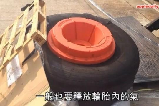 Chiếc lốp có đường kính 1,3 mét và nặng khoảng 181 kg. Ảnh: APPLE DAILY