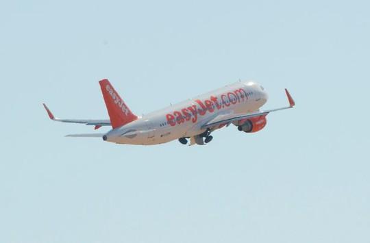 Một người đàn ông bị đuổi khỏi chuyến bay của hãng easyJet vì làm người khác thấy bất an. Ảnh: MirrorPix