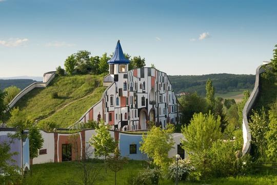 Khách sạn ở Áo do KTS Friedensreich Hundertwasse thiết kế là một công trình độc đáo, khác lạ. Mặt tiền màu sắc giống như một bức tranh trừu tượng kết hợp với mái trồng nhiều cây xanh đem lại cảm giác thanh bình, gần gũi với thiên nhiên.