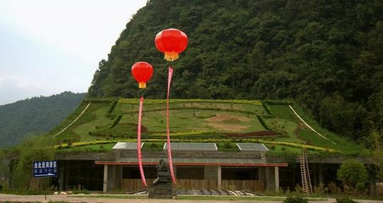 Ngôi nhà ở Trung Quốc có thiết kế kiểu truyền thống với trần thấp, mái dốc. Điểm khác biệt chính là phần mái được quy hoạch thành các mảng trồng cỏ bố cục chỉn chu.