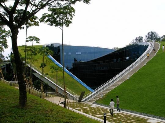 Đại học Nanyang (Singapore) có nhiều tòa nhà ấn tượng. Một trong số đó là khối nhà có mái uốn cong trồng cỏ và có bậc thang dẫn lên.