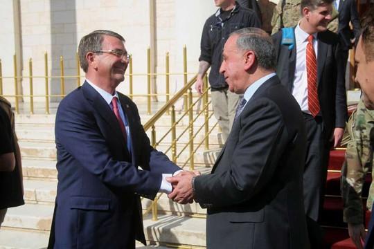 Bộ trưởng Quốc phòng Ash Carter được người đồng cấp Iraq Khaled al-Obeidi chào đón khi đến Baghdad ngày 18-4. Ảnh: AP