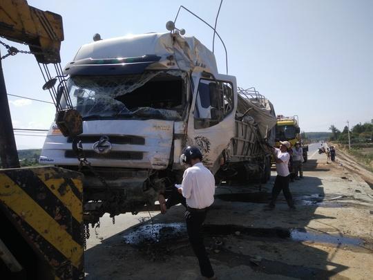 Chiếc xe tải bị hư hỏng nặng khi được cẩu lên đường