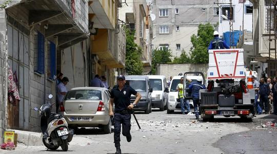 Hai quả rocket đánh vào thị trấn Kilis của Thổ Nhĩ Kỳ, gần biên giới Syria, ngày 24-4. Ảnh: REUTERS