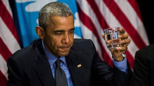 Ông Obama uống nước lọc để chứng minh nước an toàn hôm 4-5. Ảnh: AP