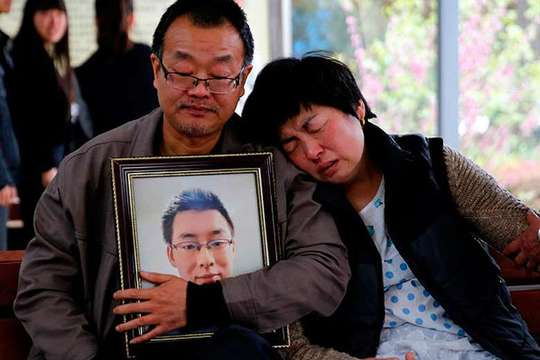 Cha mẹ của Ngụy Tắc Tây tại đám tang cuối tháng trước Ảnh: CHINA DAILY