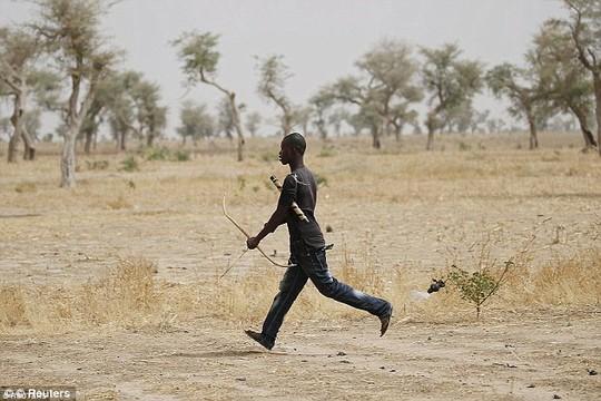 Một người thuộc nhóm dân tự vệ ở Cameroon. Ảnh: REUTERS