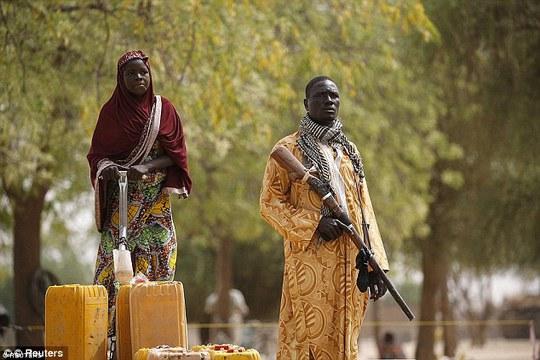 Nhiều người trong nhóm cảnh vệ dùng súng cổ và vũ khí tự chế để bảo vệ dân thường khỏi những kẻ đánh bom tự sát. Ảnh: REUTERS
