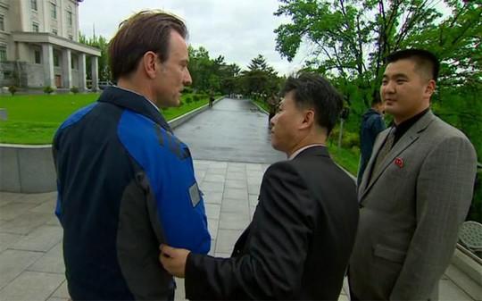 Ông Rupert Wingfield-Hayes bị các quan chức Triều Tiên dẫn ra khỏi trường ĐH Kim Nhật Thành. Ảnh: BBC