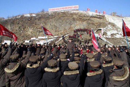 Các công nhân Triều Tiên tụ tập tại nhà máy điện Núi Paektu. Ảnh: DPRK Today
