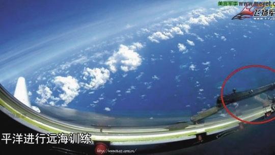 Chương trình truyền hình Trung Quốc cho thấy máy bay ném bom H-6K bay qua đá Chữ thập. Ảnh: CCTV