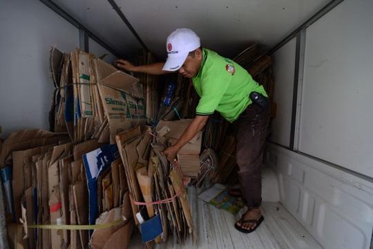 Những miếng bìa các-ton đã được phân loại ở Ngân hàng Central Trash Bank Ảnh: Dimas Ardia/Bloomberg