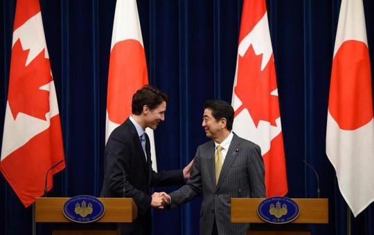 Thủ tướng Nhật Shinzo Abe (phải) và người đồng cấp Canada Justin Trudeau tại cuộc họp báo chung ở Tokyo ngày 24-5 Ảnh: REUTERS