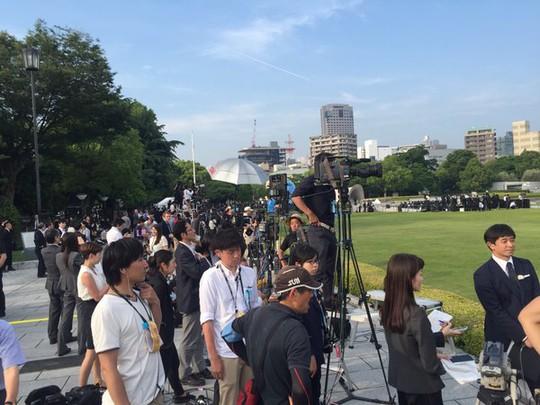 Mọi người đang chờ buổi lễ diễn ra tại đài tưởng niệm hòa bình Hiroshima. Ảnh: TWITTER