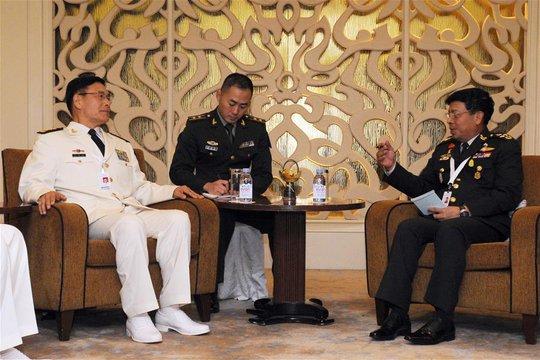 Phó tổng tham mưu trưởng quân đội Trung Quốc Tôn Kiến Quốc (trái) gặp Bộ trưởng Quốc phòng Singapore Ng Eng Hen ngày 3-6 Ảnh: TÂN HOA XÃ
