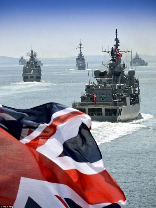 Tàu chiến HMS Bulwark của Hải quân Hoàng gia Anh tại lễ kỷ niệm 100 năm diễn ra chiến dịch Gallipoli hồi Thế chiến I. Ảnh: Hải quân Hoàng gia Anh.
