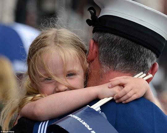 Một cô bé ôm chầm lấy bố ở TP Portsmouth sau khi ông trở về sau một ứ mệnh ở biển Baltic. Ảnh: Hải quân Hoàng gia Anh