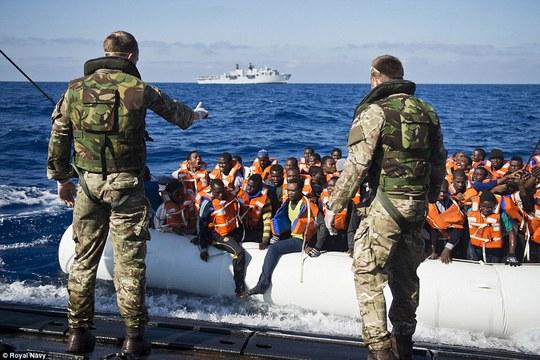 Hải quân Anh giải cứu một chiếc thuyền chở người di cư. Ảnh: Hải quân Hoàng gia Anh