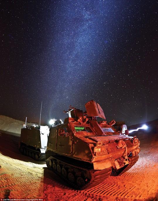Joel Rouse đoạt giải với tác phẩm ghi lại cảnh một chiếc xe tăng sáng rực giữa bầu trời đầy sao trong một cuộc diễn tập. Ảnh: PA WIRE