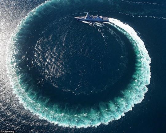 Tàu HMS Defender đánh một vòng xoáy ấn tượng trên biển. Ảnh: ROYAL NAVY