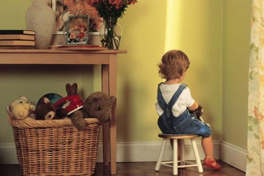 Bố mẹ cũng có thể áp dụng hình phạt cách ly đối với trẻ từ 1 tuổi trở lên. (Ảnh: Internet)