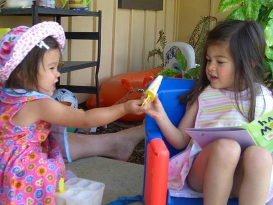 Câu nói: Mẹ rất tự hào khi con đã chia sẻ đồ chơi với bạn sẽ hiệu quả hơn rất nhiều lần việc bạn đánh vào mông con khi con khư khư giữ đồ chơi cho mình. (Ảnh: Internet)
