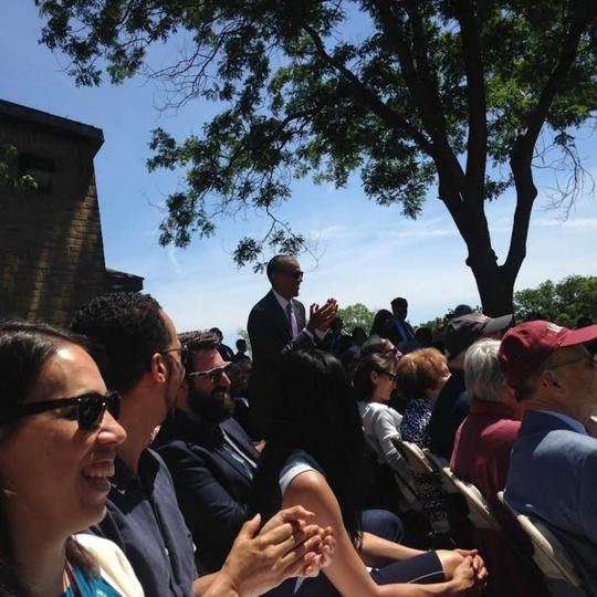 Tổng thống Obama đứng lên vỗ tay khi tên của Malia được xướng lên. Ảnh: The Washington Post