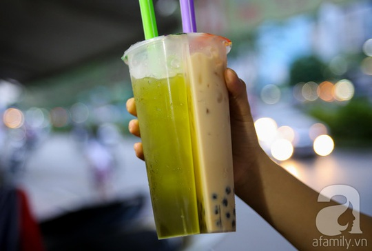 Ly trà sữa hai ngăn độc đáo mới xuất hiện vài ngay này tại một quán trà sữa trên đường Hoàng Sa.