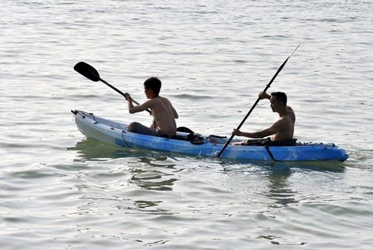 Nhiều du khách thuê thuyền chèo vào buổi sáng vì sóng nước nơi đây rất êm