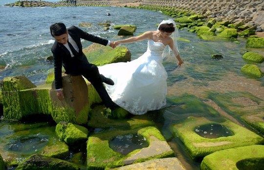 Lứa đôi chọn nơi có rêu xanh để chụp ảnh lưu niệm
