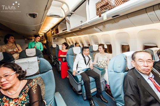 Chú rể đón cô dâu bằng máy bay gây sốt trên mạng xã hội