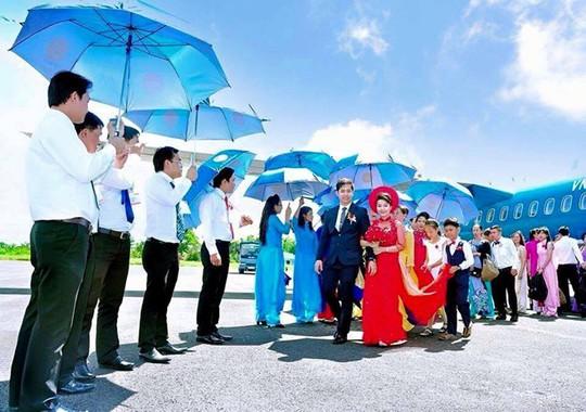 Màn rước dâu tại sân bay của cặp đôi.