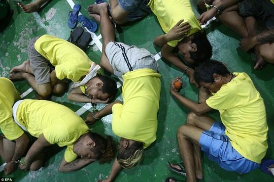 Các tội pham ma túy bị bắt giữ tại một trụ sở cảnh sát ở Manila. Ảnh: EPA