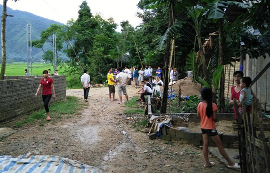 Người dân thôn Chiềng Cà 2 vẫn đang tập trung rất đông ở đầu làng để ngóng chờ tin những người đang mất tích