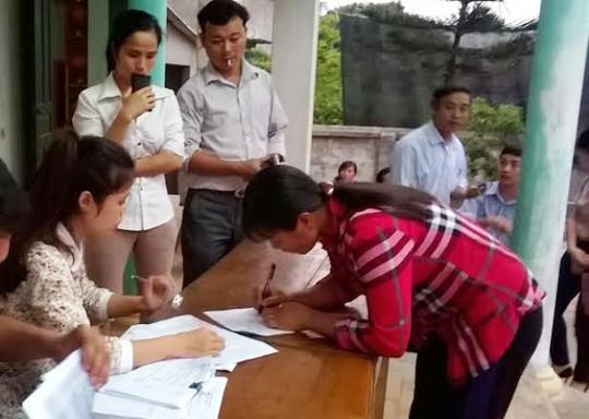 Nhà máy đường Hòa Bình tiến hành chi trả tiền đền bù cho người nuôi cá lồng ở xã Thành Vinh, huyện Thạch Thành, tỉnh Thanh Hóa