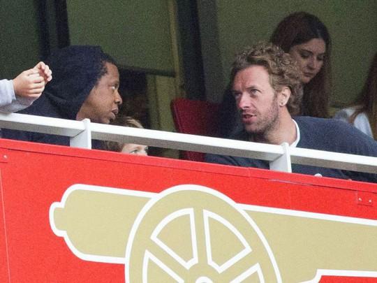 Rapper Jay Z (trái) đến tận SVĐ Emirates cổ vũ Arsenal