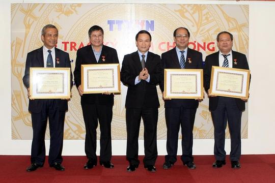 Thông Tấn Xã Việt Nam trao kỷ niệm chương cho các lãnh đạo Tổng LĐLĐ Việt Nam Ảnh: TTXVN