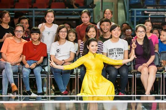 Cựu đại sứ du lịch Việt Nam tạo dáng xì tin trước khán giả