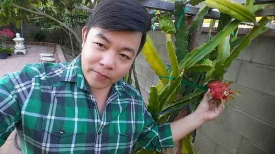 Hình ảnh ca sĩ Quang Lê khoe trái thanh long chín đầu tiên trong vườn.